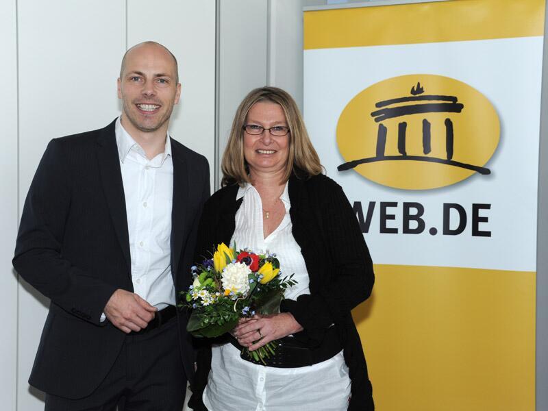 Bild zu Gewinnerin Heike M. mit Jan Oetjen, Portal-Vorstand WEB.DE.