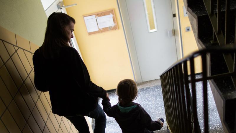 Mutter und Kind auf einer Treppe