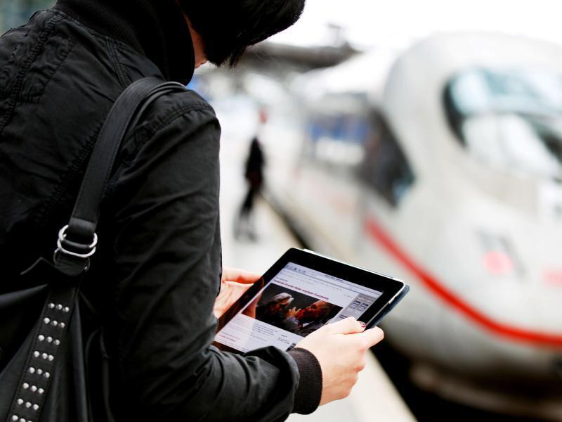 Bild zu Bahnreisende mit Tablet