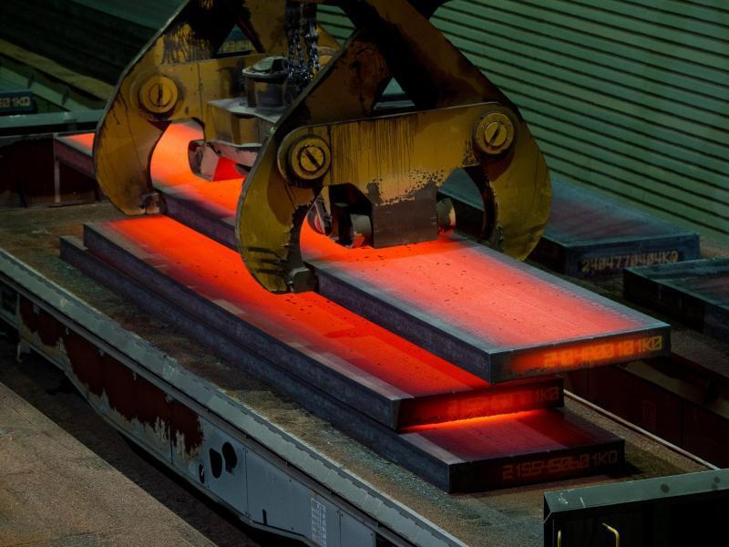 Bild zu Glühende Brammen im Werk der Salzgitter AG