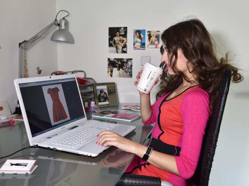 Bild zu Frau beim Onlineshopping
