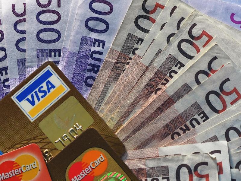 Bild zu Geldscheine und Kreditkarten