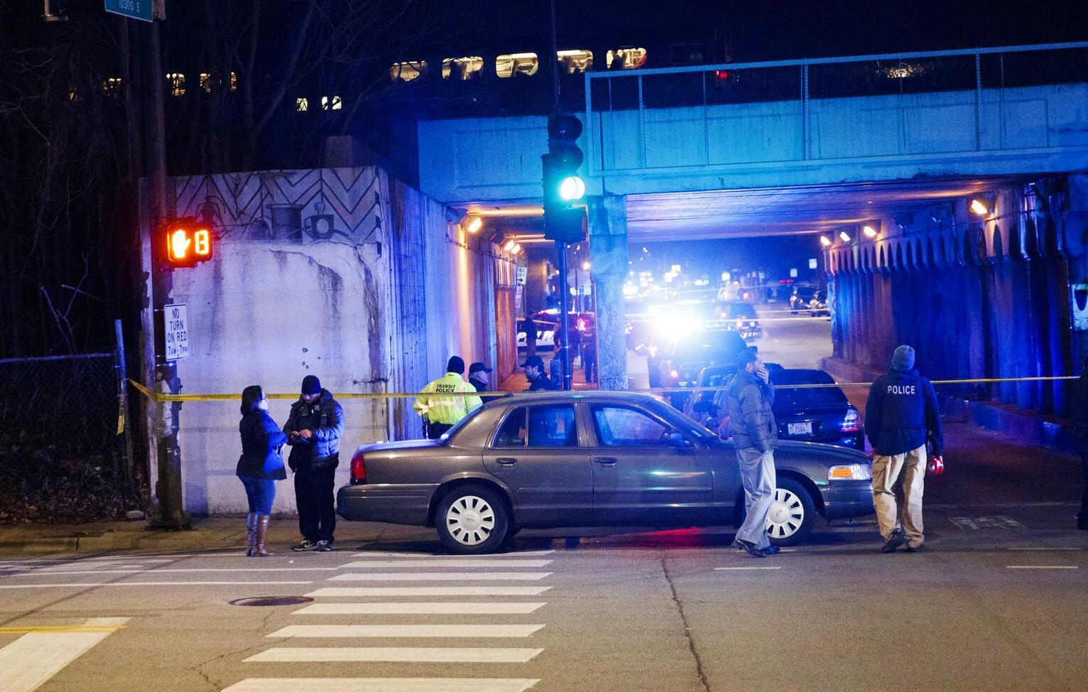 Bild zu Zwei Polizisten in Chicago bei Ermittlungen von Zug überrollt