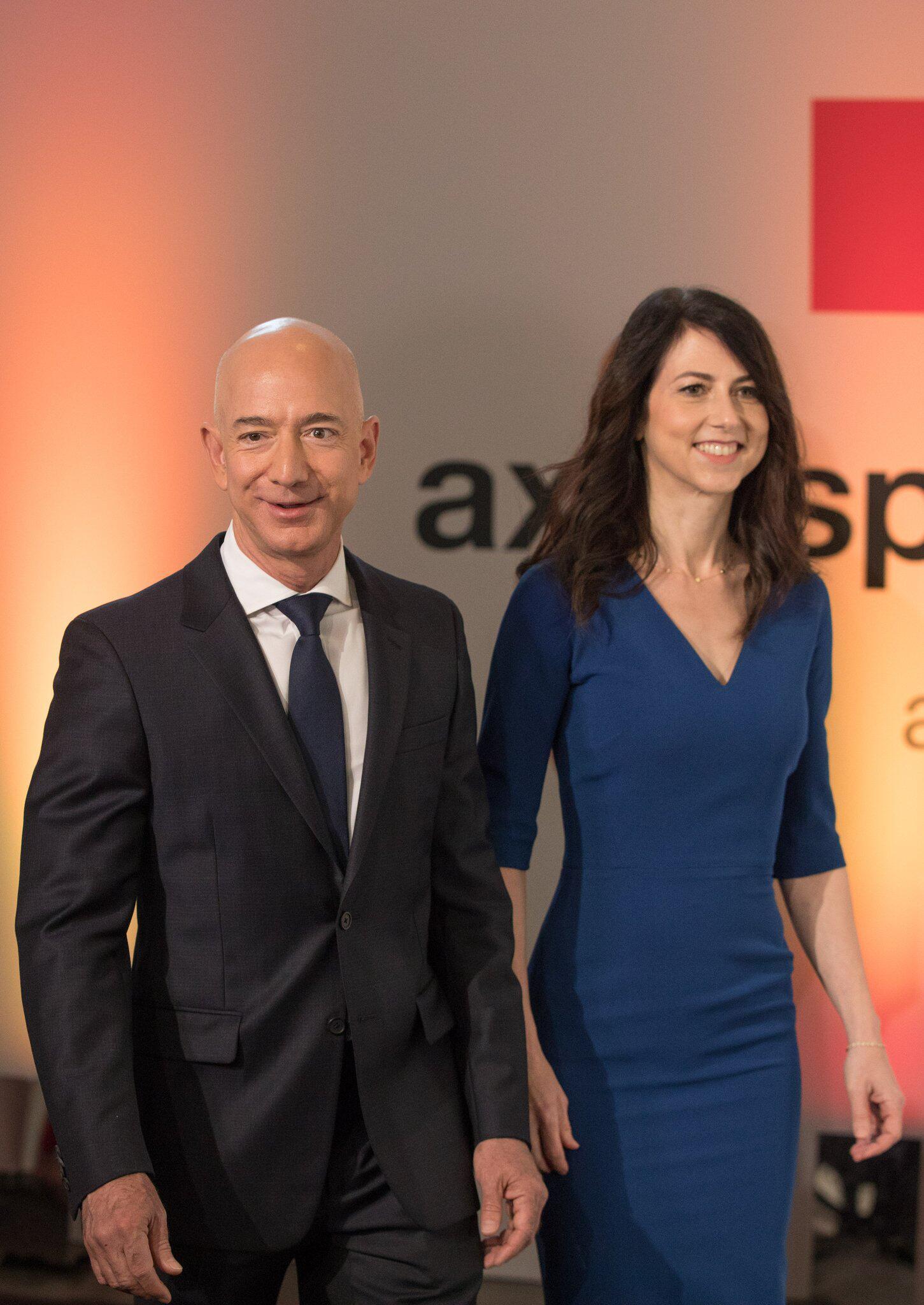 Bild zu Jeff Bezos und Ehefrau MacKenzie
