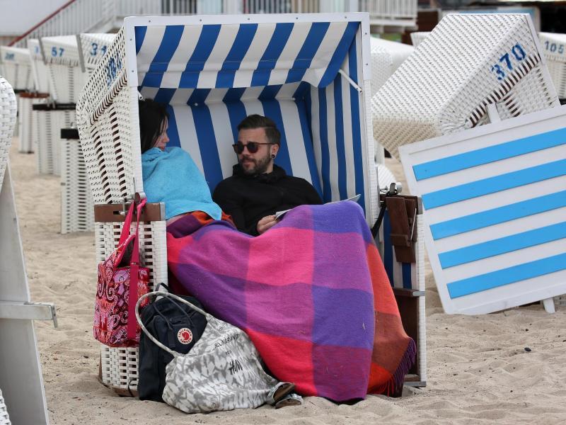 Bild zu Touristen an der Ostsee