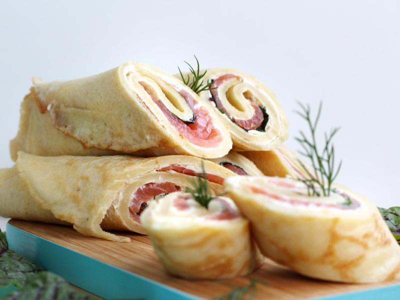 Bild zu Pfannkuchenröllchen mit Lachs