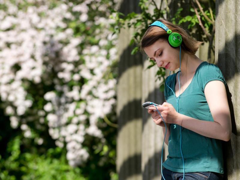 Bild zu Frau mit Kopfhörern an der frischen Luft