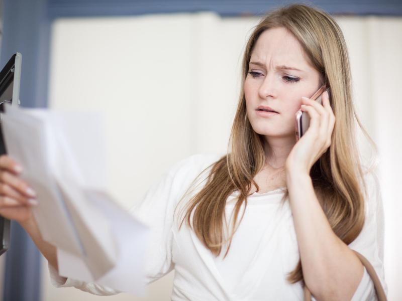 Bild zu Eine Frau mit Änderungskündigungs-Schreiben