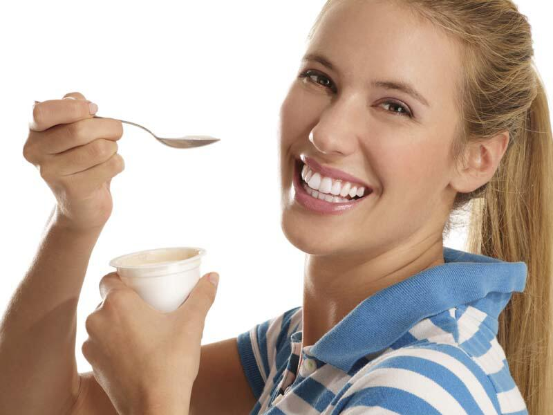 Bild zu Frau isst Joghurt