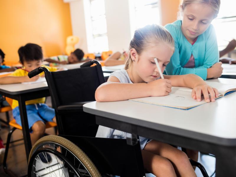 Bild zu Kind im Rollstuhl