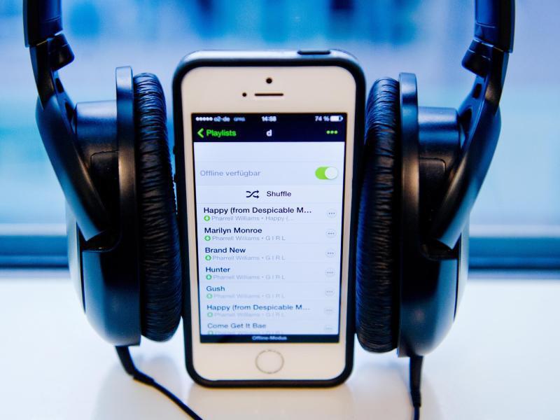 Bild zu Handy mit Kopfhörern