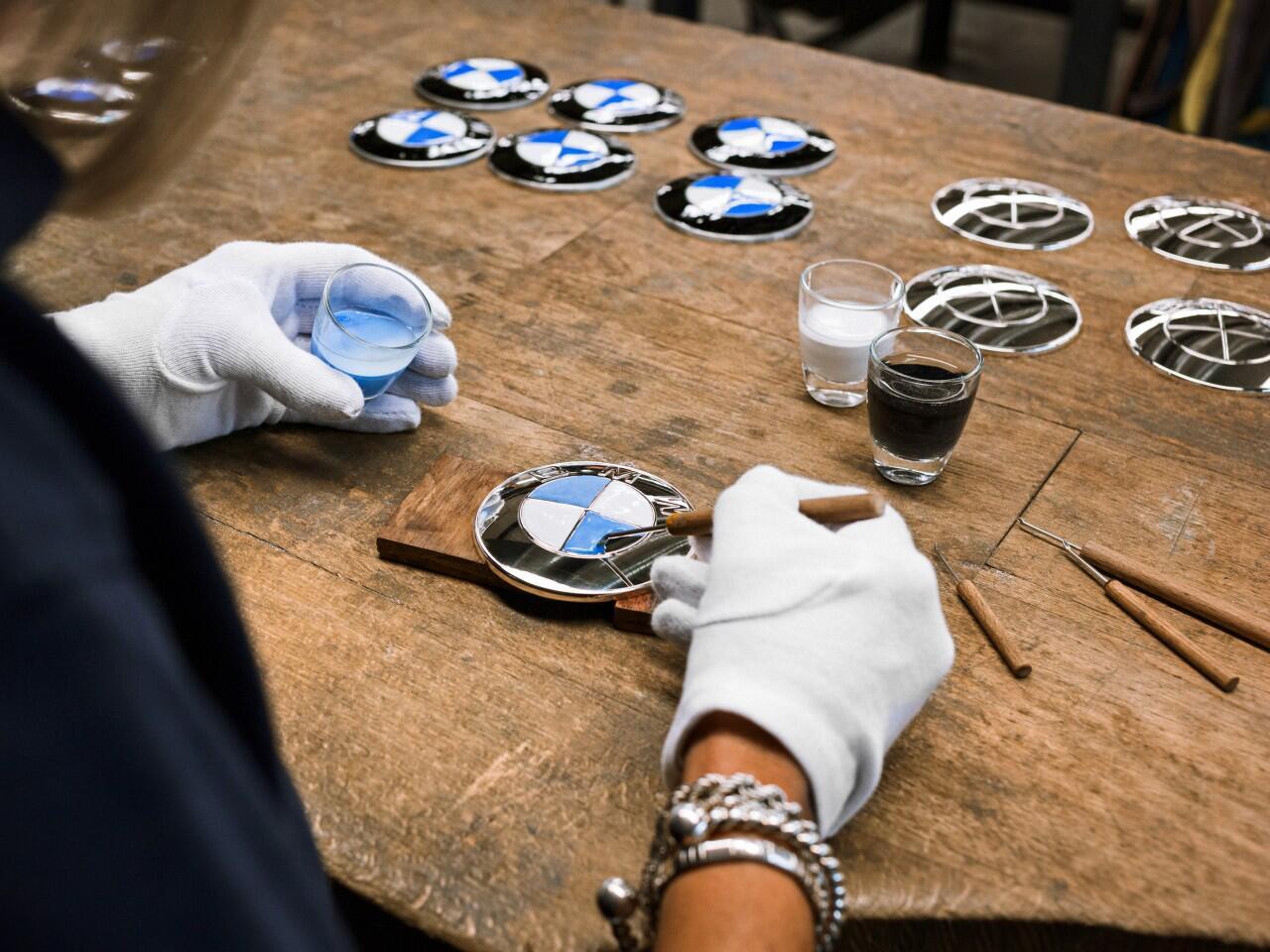 Bild zu Handarbeit bis ins feinste Detail: Emaillierung des BMW-Logos