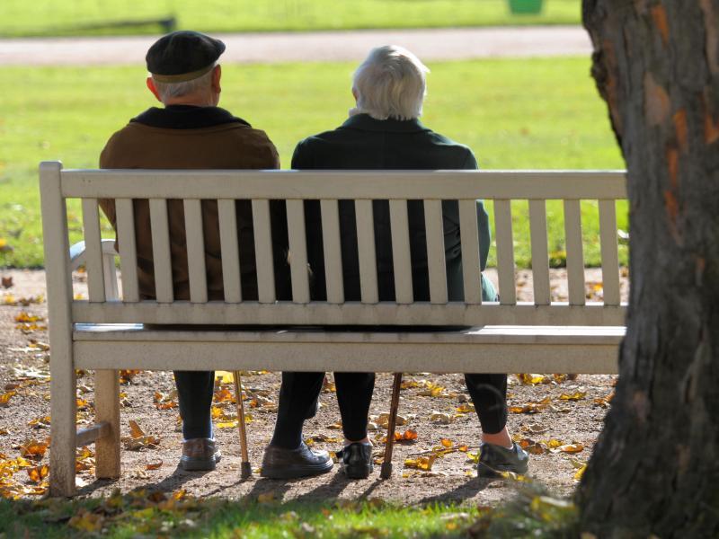 Bild zu Älteres Paar auf einer Parkbank