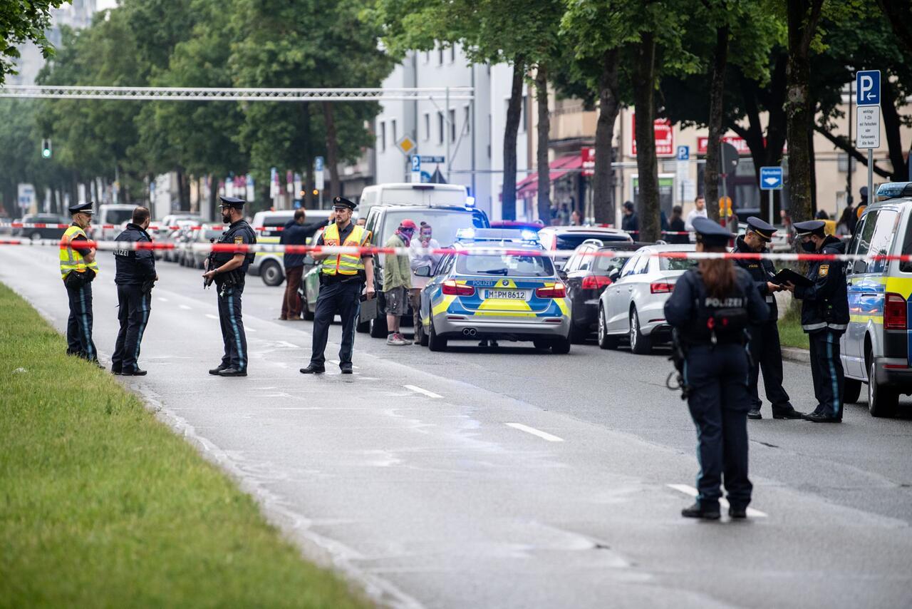 Bild zu Auto fährt in München in Menschengruppe