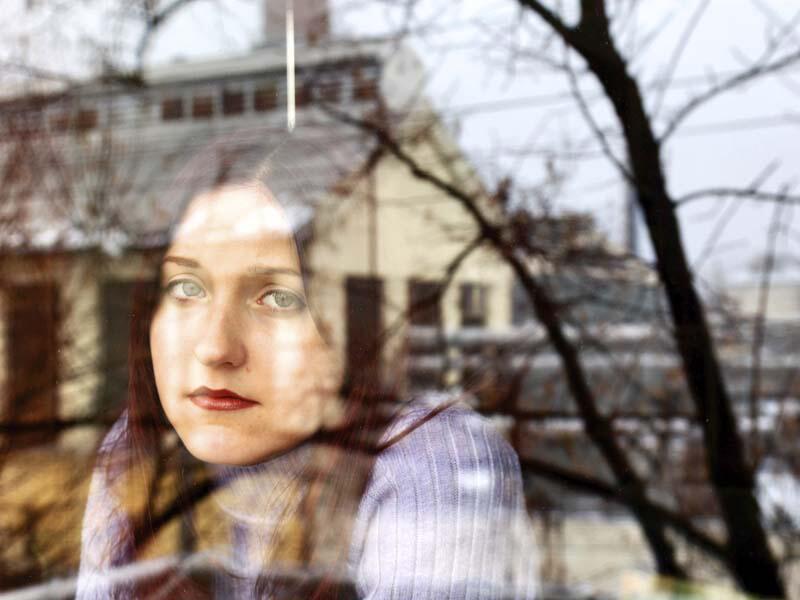 Bild zu Frau schaut aus dem Fenster