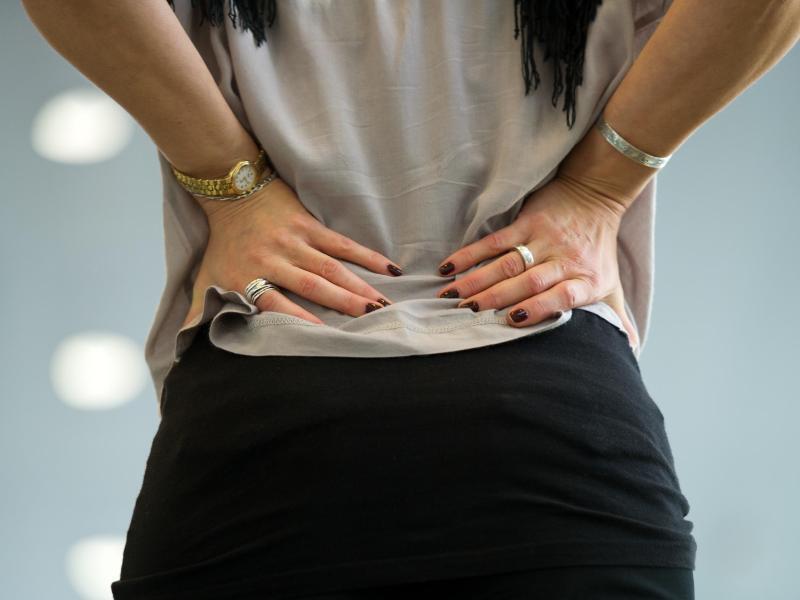 Bild zu Frau mit Rückenschmerzen
