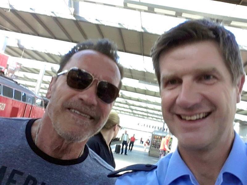 Bild zu Polizeiselfie mit Schwarzenegger