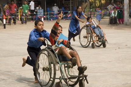 Behinderte Kinder spielen