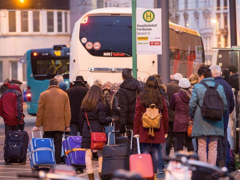 Bild zu Fernbus-Reisende mit Gepäck