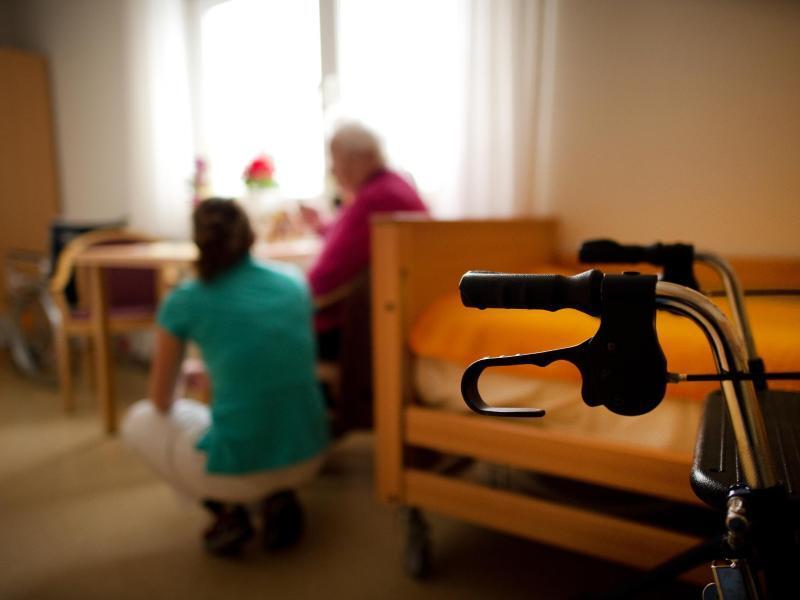 Bild zu Stationäres Pflegezimmer mit Bewohner