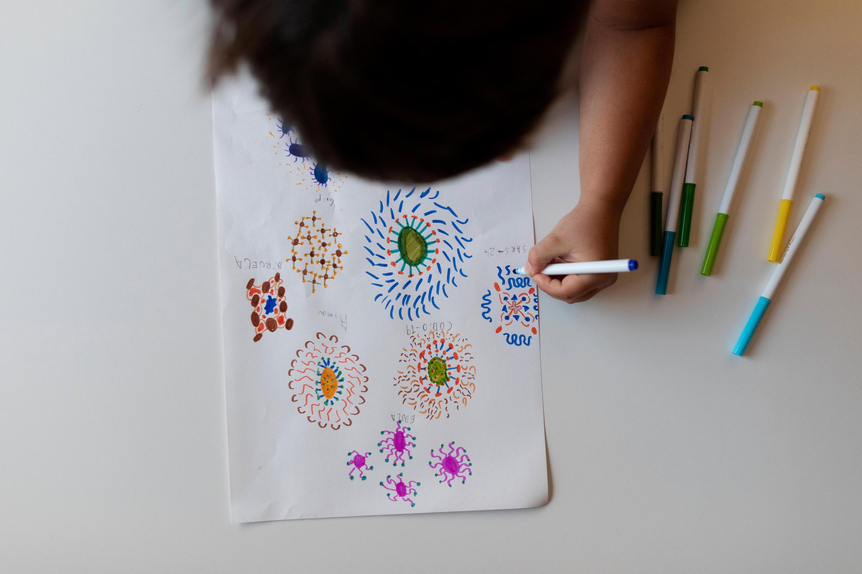 Bild zu Kind mit Malstiften