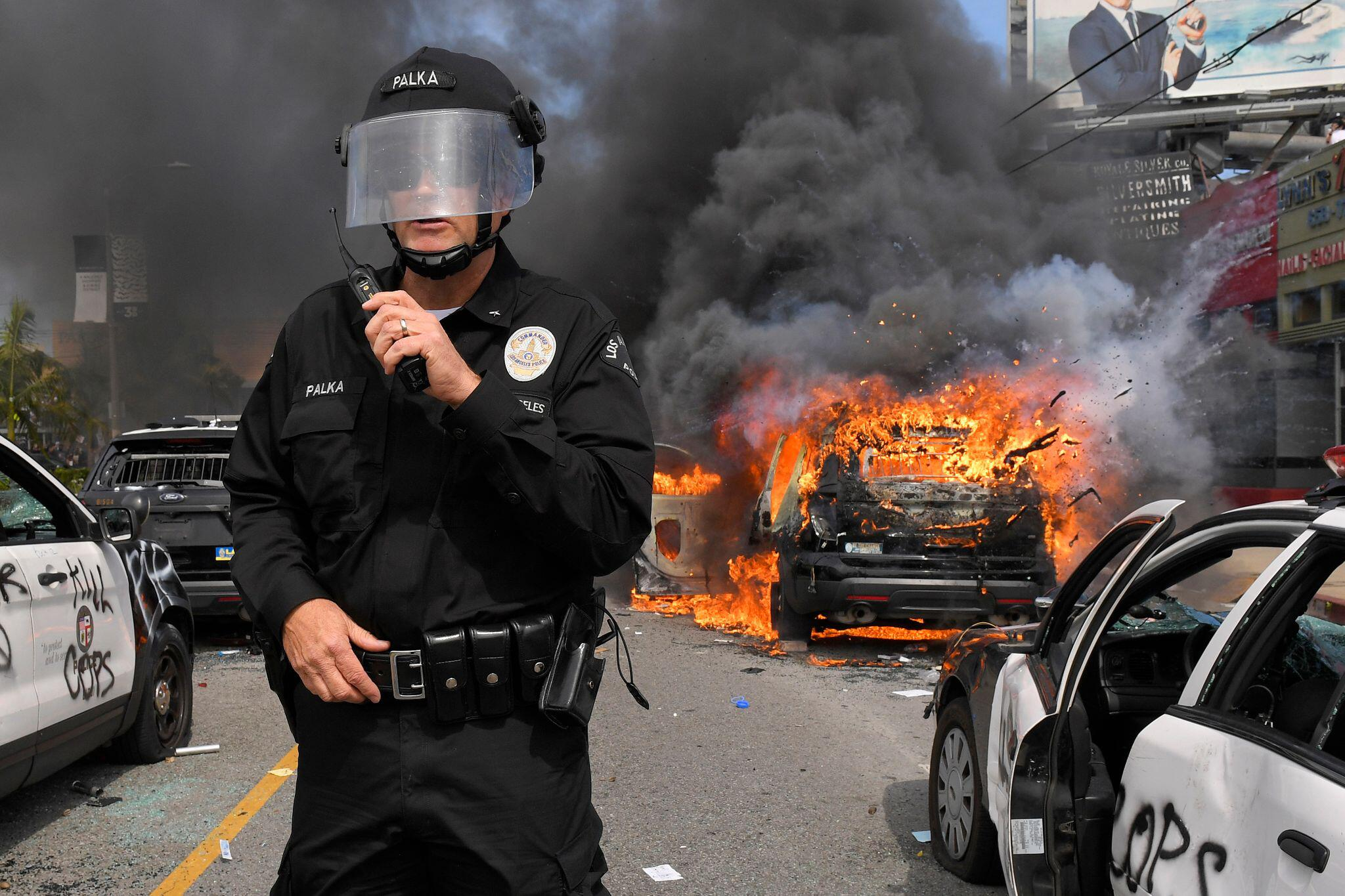 Lkw rast in Demo, brennende Autos: Proteste in den USA gehen weiter!