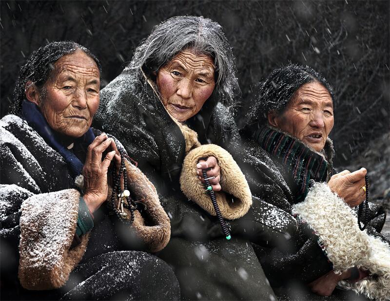 Bild zu Frauen mit Gebetsketten