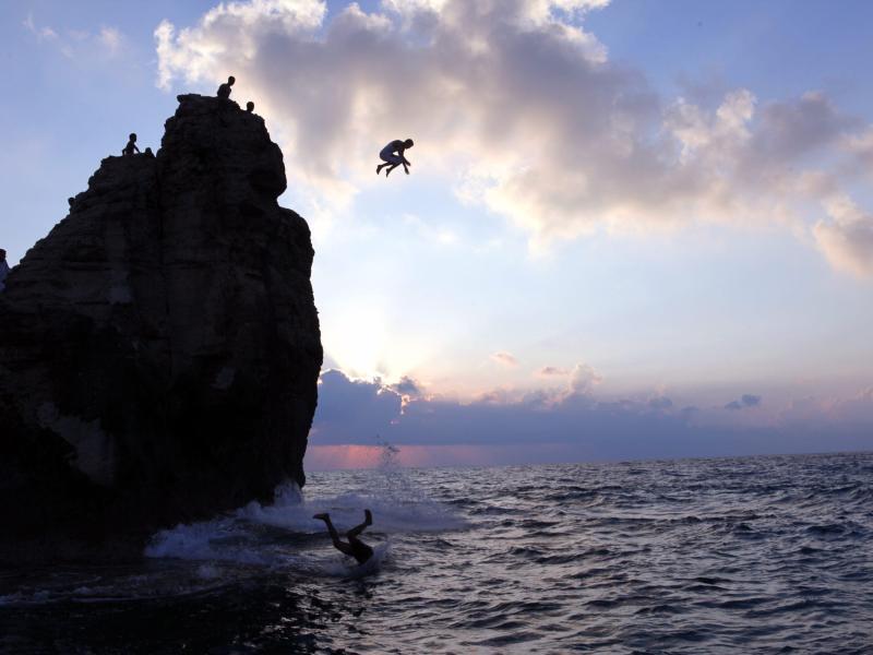 Bild zu Sprung im Sonnenuntergang