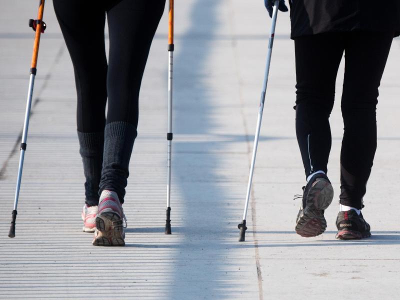Bild zu Zwei Frauen beim Walken