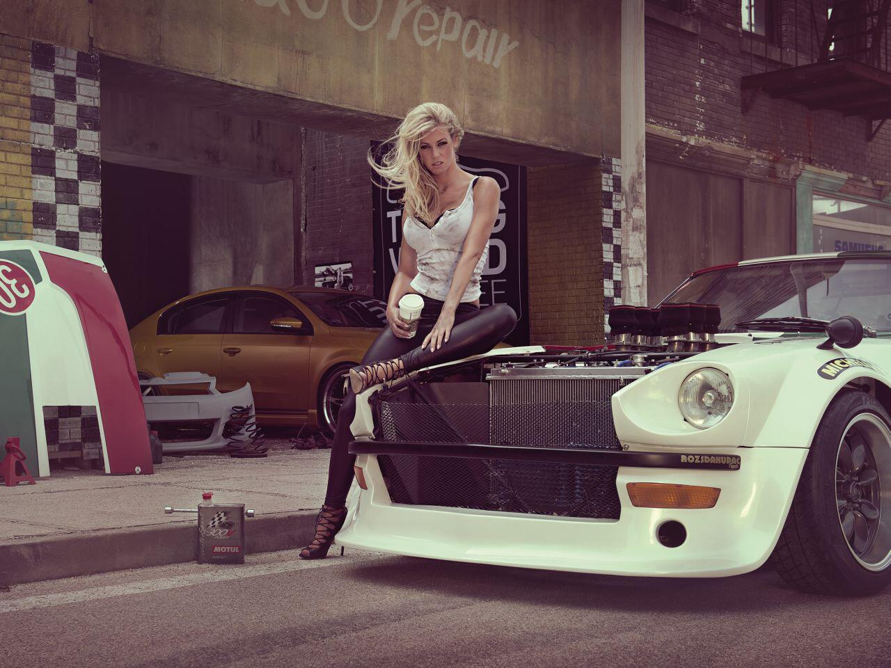 """Bild zu Posen vor dem Set von """"Hellboy 2"""" in Budapest: Dem Mädel scheint es zu gefallen"""