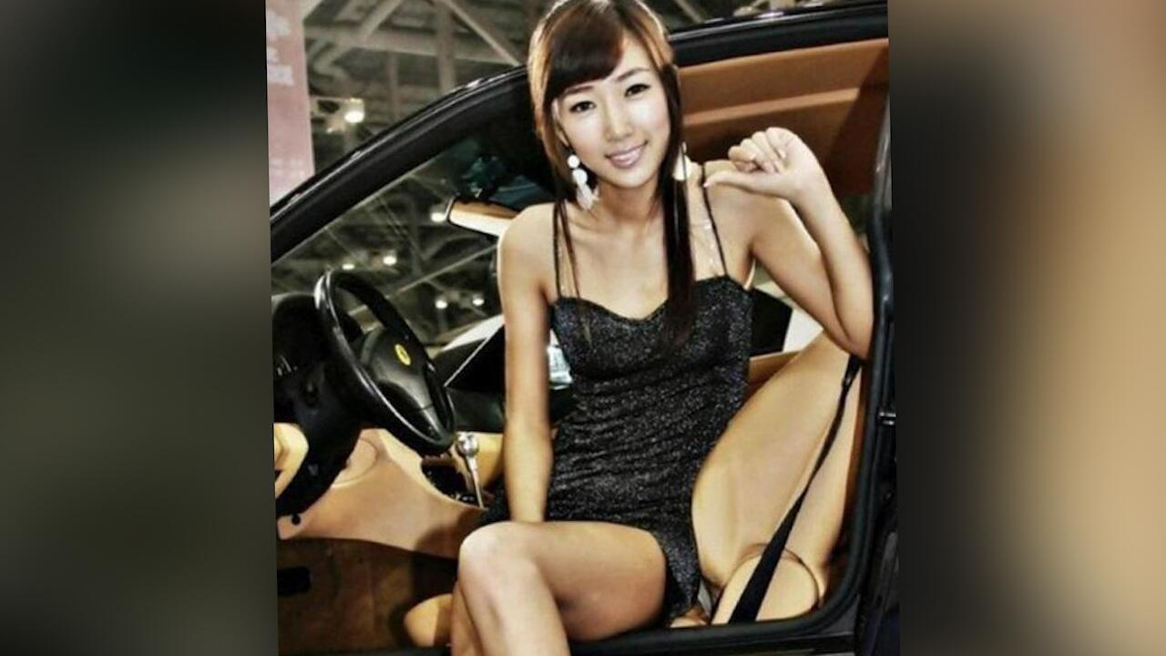 Bild zu Optische Täuschung: Was macht denn diese Ferrari-Hostess?