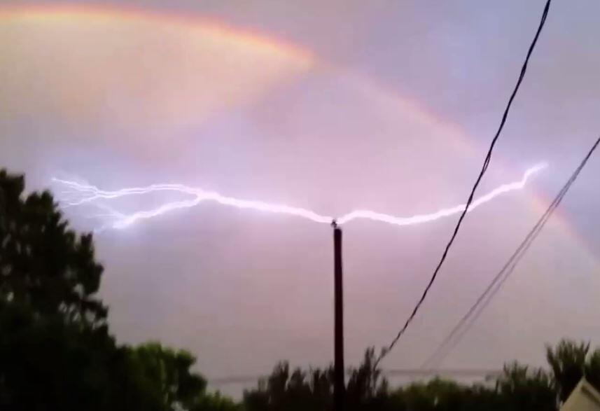 Bild zu Blitz trifft Regenbogen