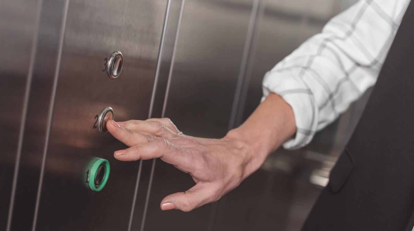 Bild zu Aufzug bleibt stecken