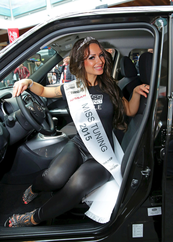 Bild zu Liane Günter, Miss Tuning 2015 in ihrem Nissan JUKE.