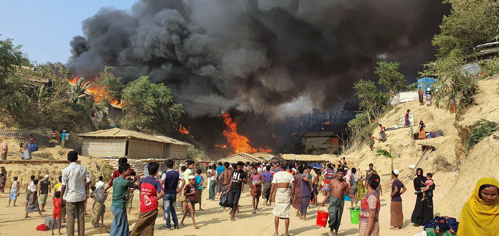 Bild zu Feuer bricht in großem Flüchtlingslager in Bangladesch aus