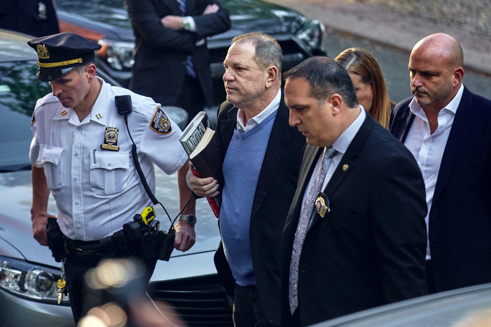 Bild zu Harvey Weinstein stellt sich den Behörden