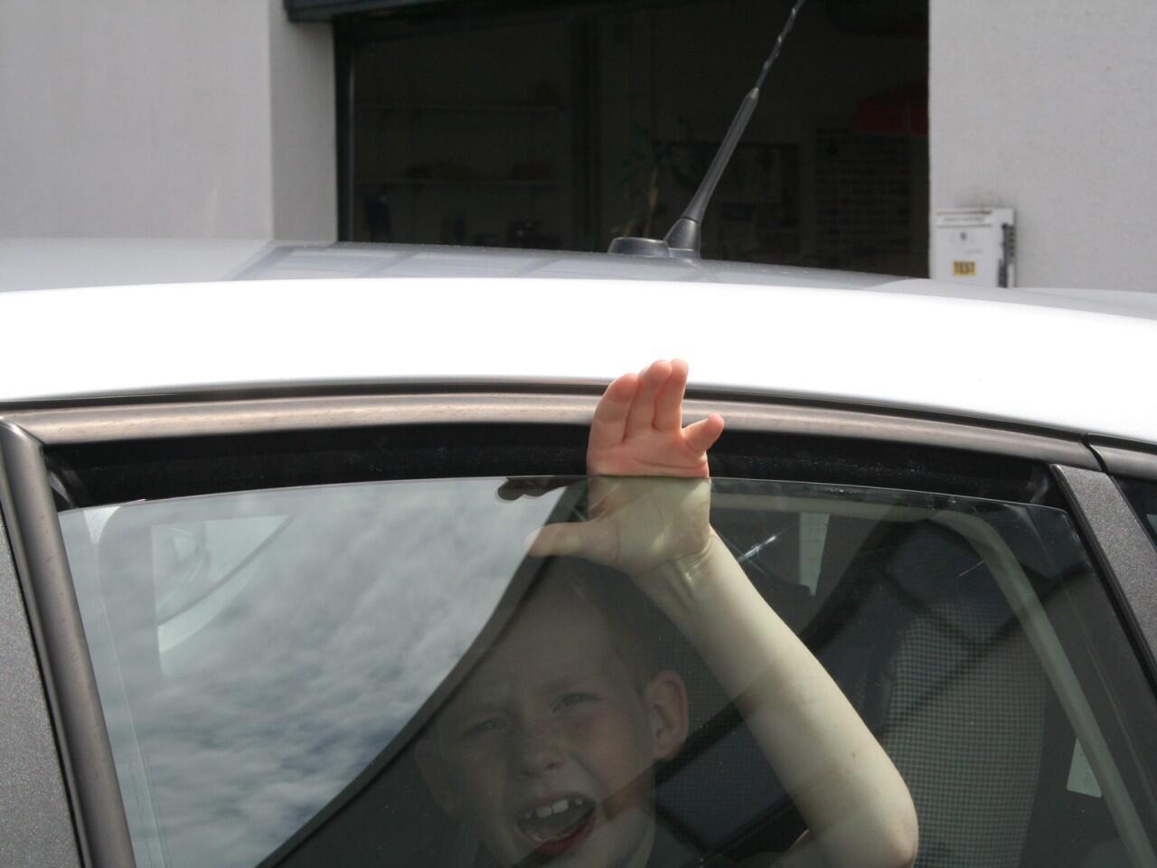 Bild zu Ohne Einklemmschutz an Autofenstern besteht Verletzungsgefahr
