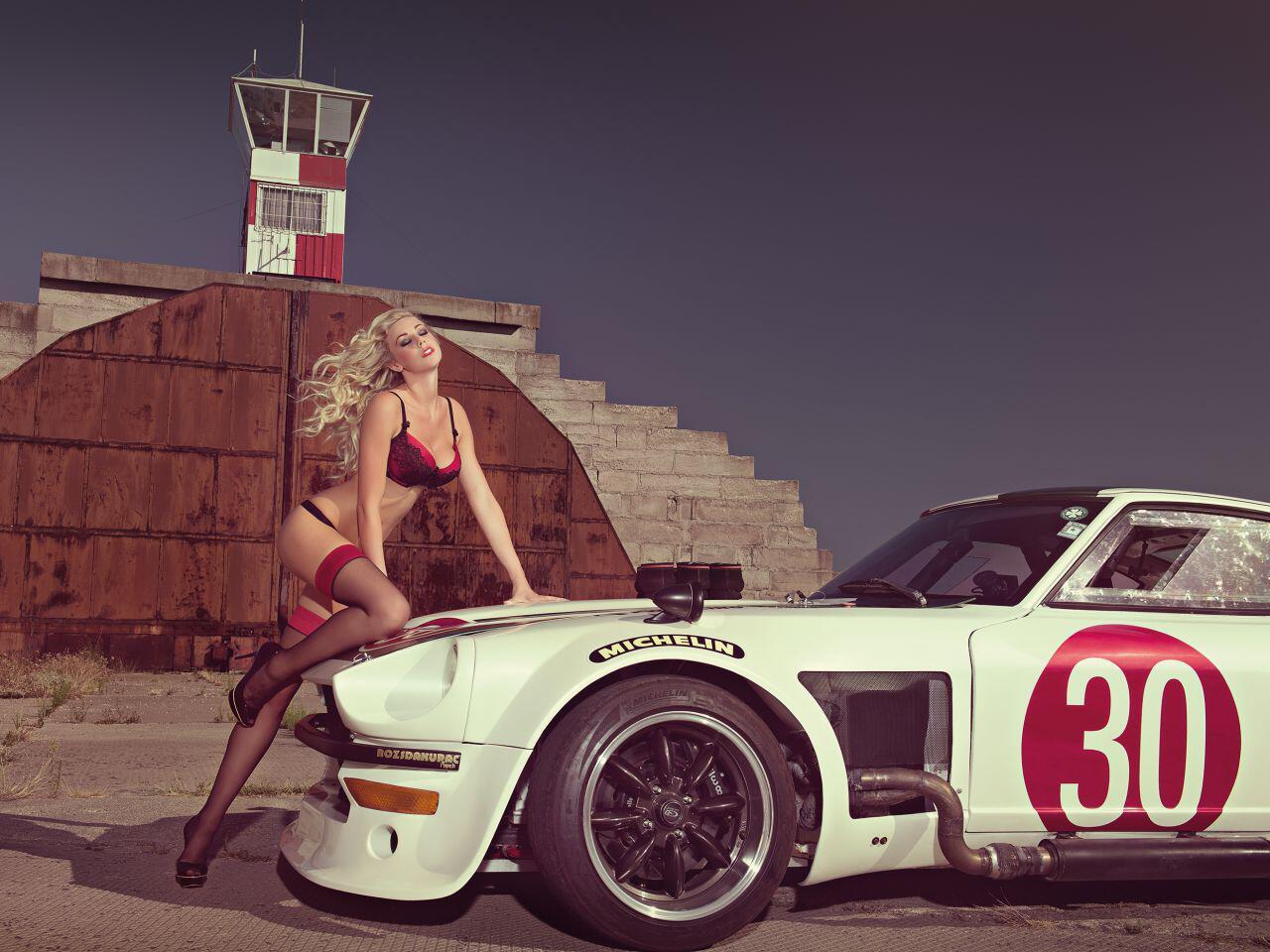 Bild zu Der Datsun 360Z hat das Herz des bezaubernden Mädels im Sturm erobert
