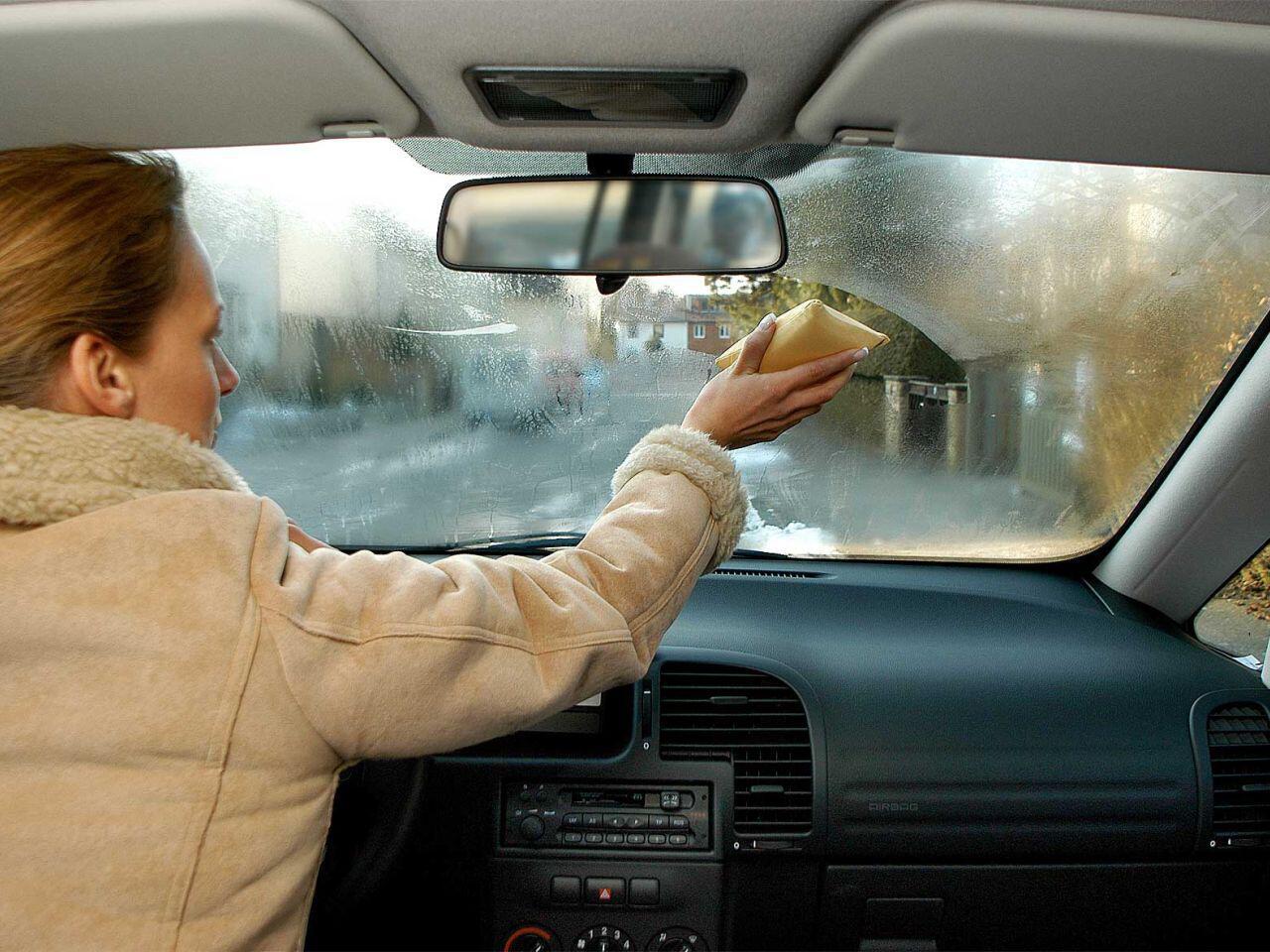 Bild zu Beschlagene Autoscheiben sind ein typisches Problem der Herbst- und Wintermonate
