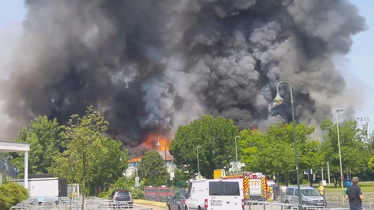 Bild zu Großbrand in Düsseldorfer Flüchtlingsheim