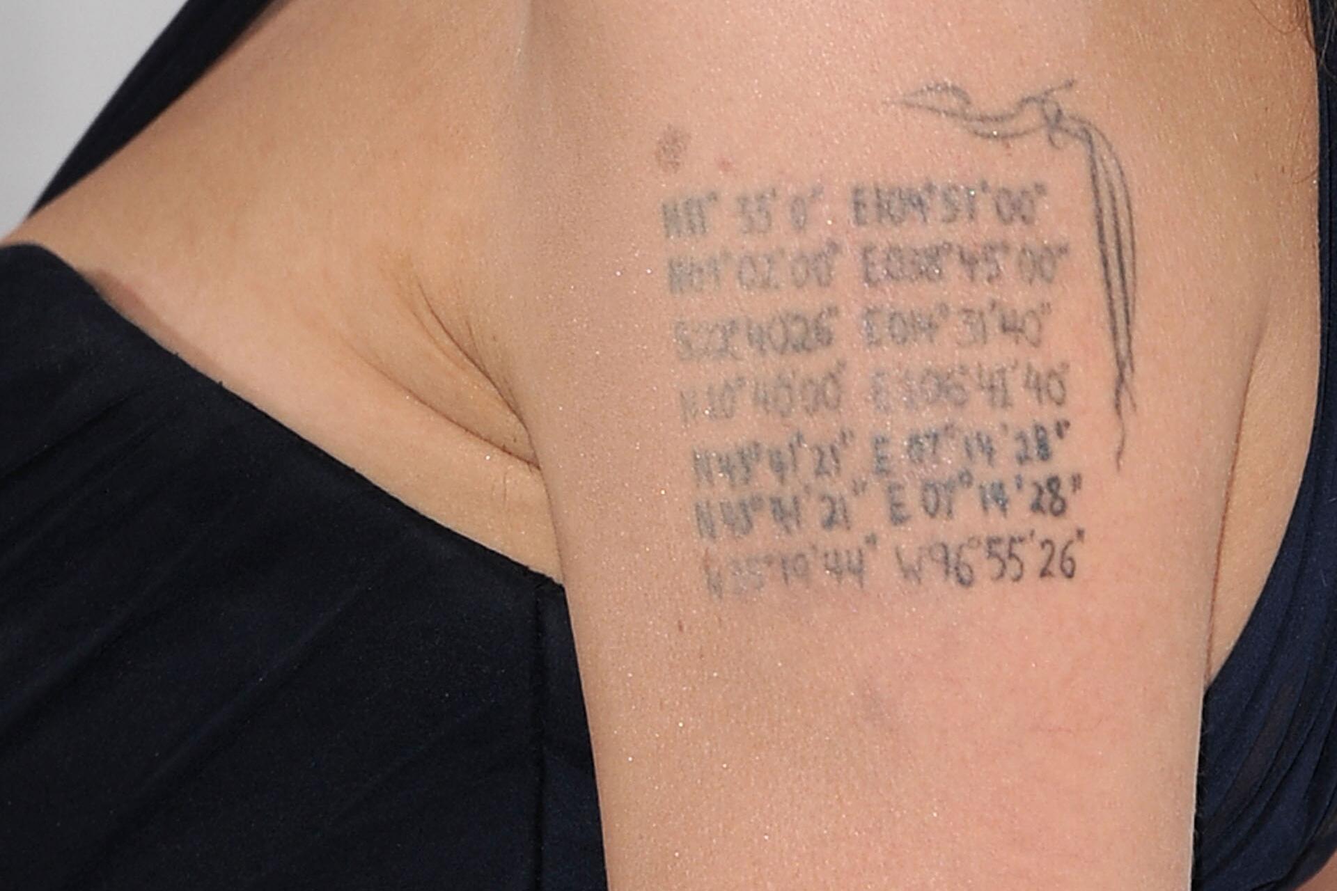 Bild zu Angelina Jolie, Tattoo, Schulter