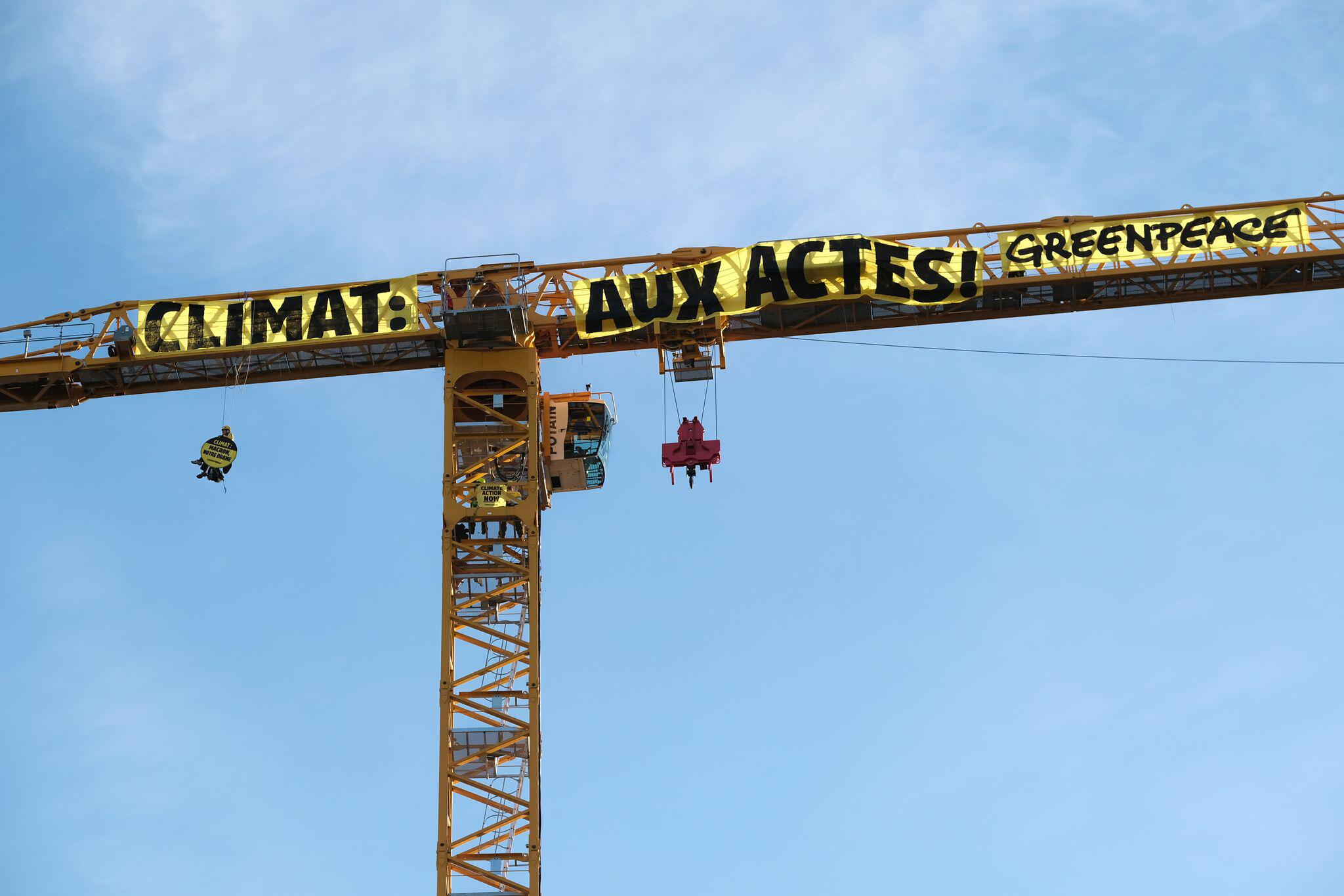 Bild zu Greenpeace-Aktivisten klettern auf Kran am Notre-Dame