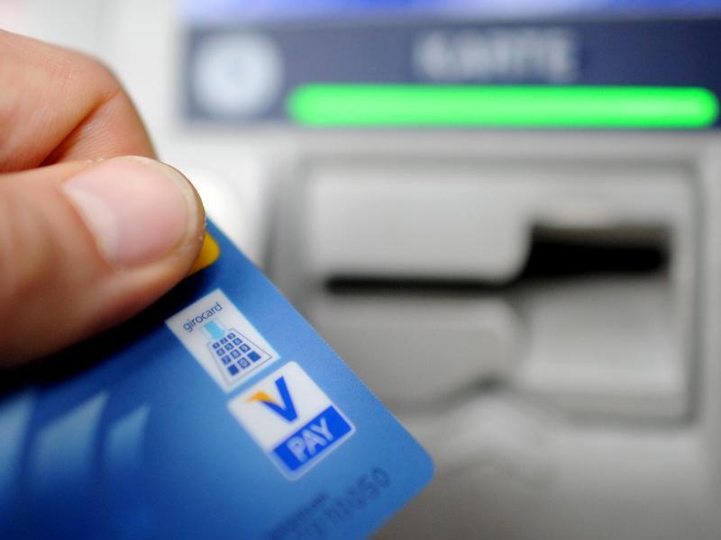 Bild zu Mit der Girokarte am Geldautomaten