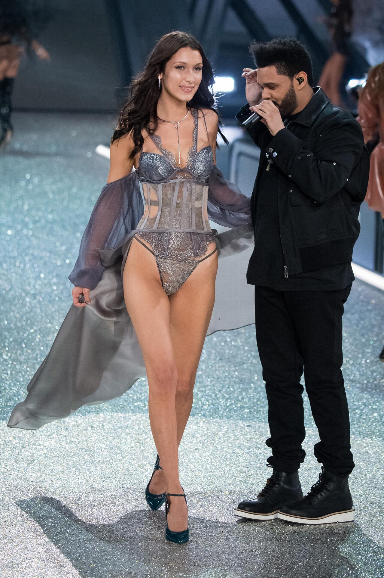Bild zu Victoria's Secret, Paris 2016, Catwalk, Bella Hadid, Weeknd