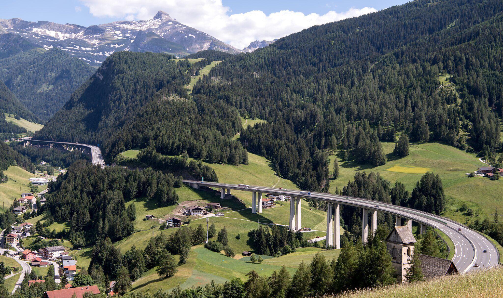 Bild zu Tirol sperrt Landstraßen für Reiseverkehr