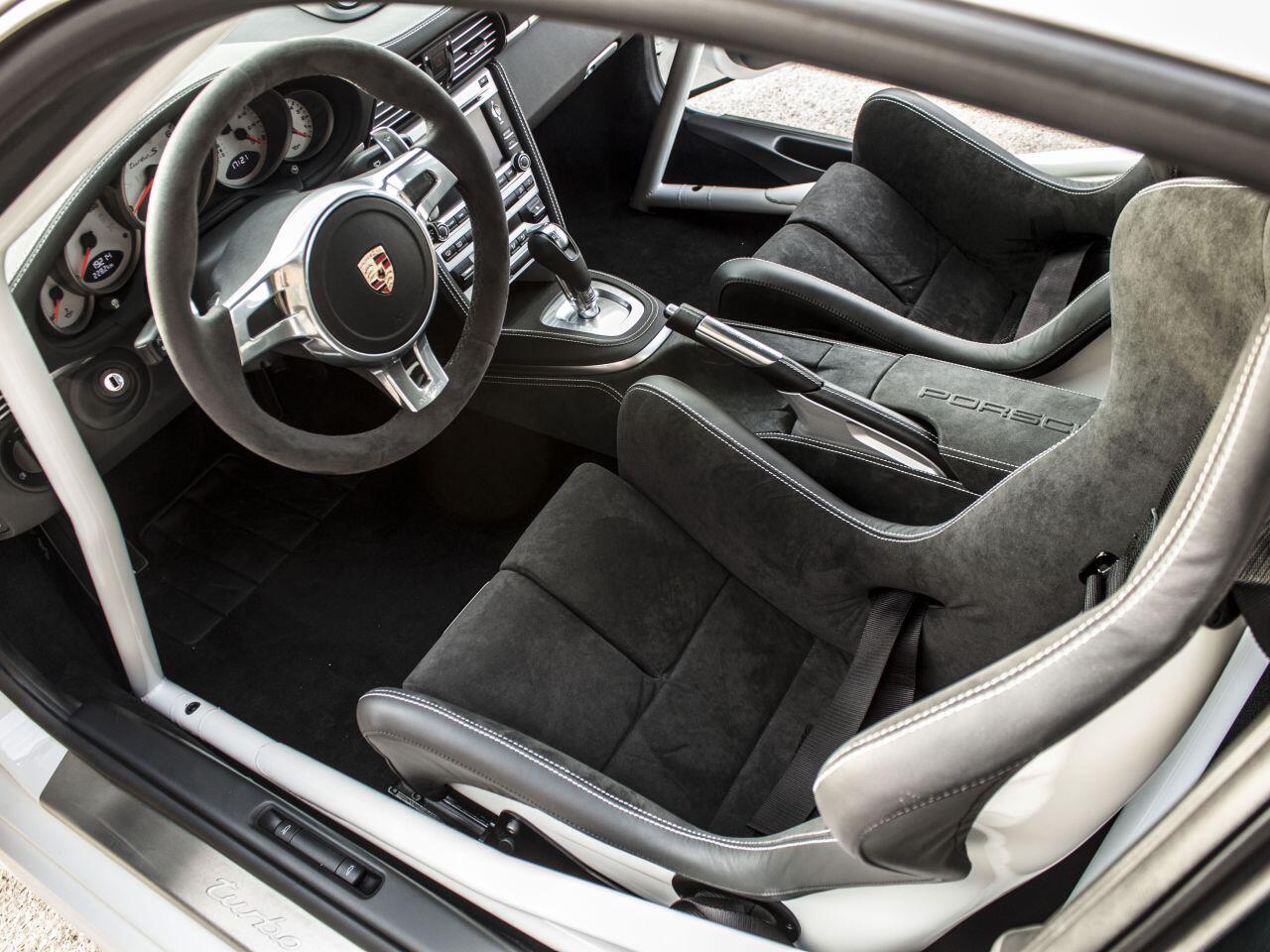 Bild zu Im Innenraum erwartet den Fahrer ebenfalls ein ziemlich sportliches Vergnügen