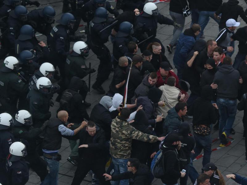 Bild zu Hooligan-Demo