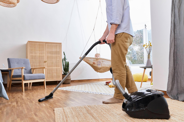 Bild zu Mann beim Putzen
