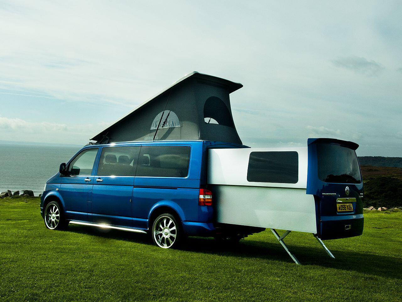 luxus schlafzimmer f r den campingausflug vw t5 bekommt ausfahrbare wohnzelle web de. Black Bedroom Furniture Sets. Home Design Ideas