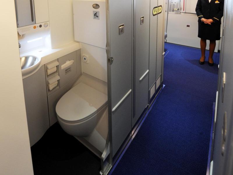 darf man vor dem abflug im flugzeug die toilette benutzen web de. Black Bedroom Furniture Sets. Home Design Ideas